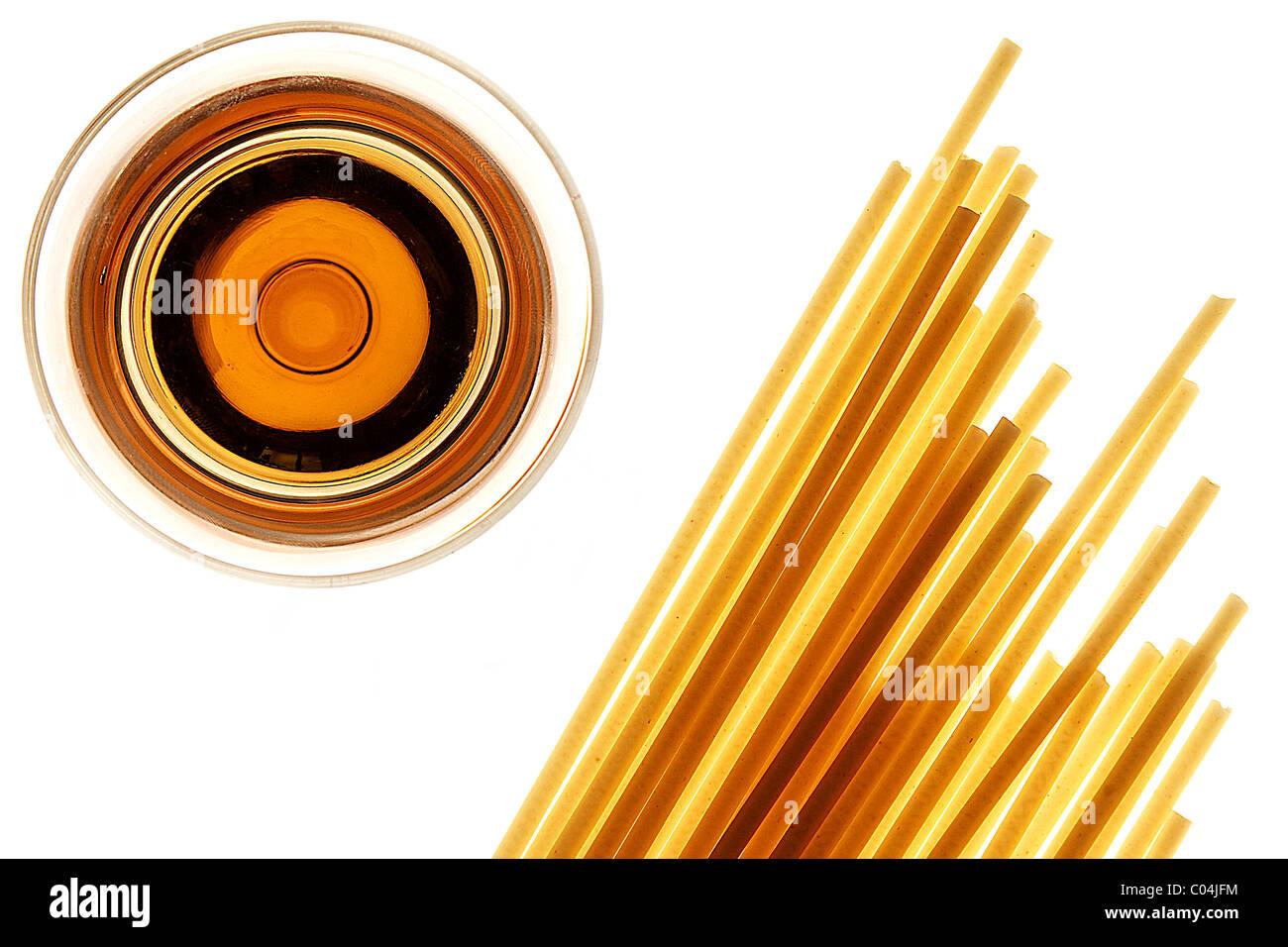 Gli spaghetti e vino bianco su sfondo bianco Immagini Stock