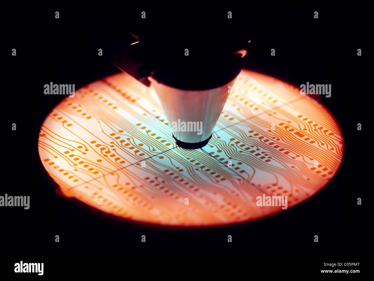 Microscopio utilizzato per ispezionare le schede di circuito da utilizzare sul computer chip micro Immagini Stock