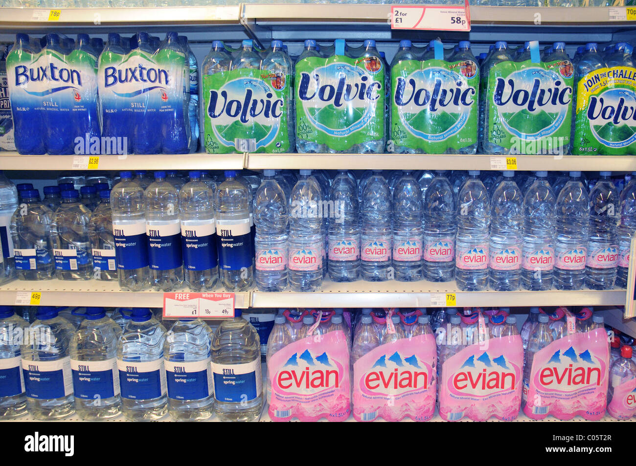 Acqua in bottiglia su un ripiano in un supermercato in Inghilterra Immagini Stock
