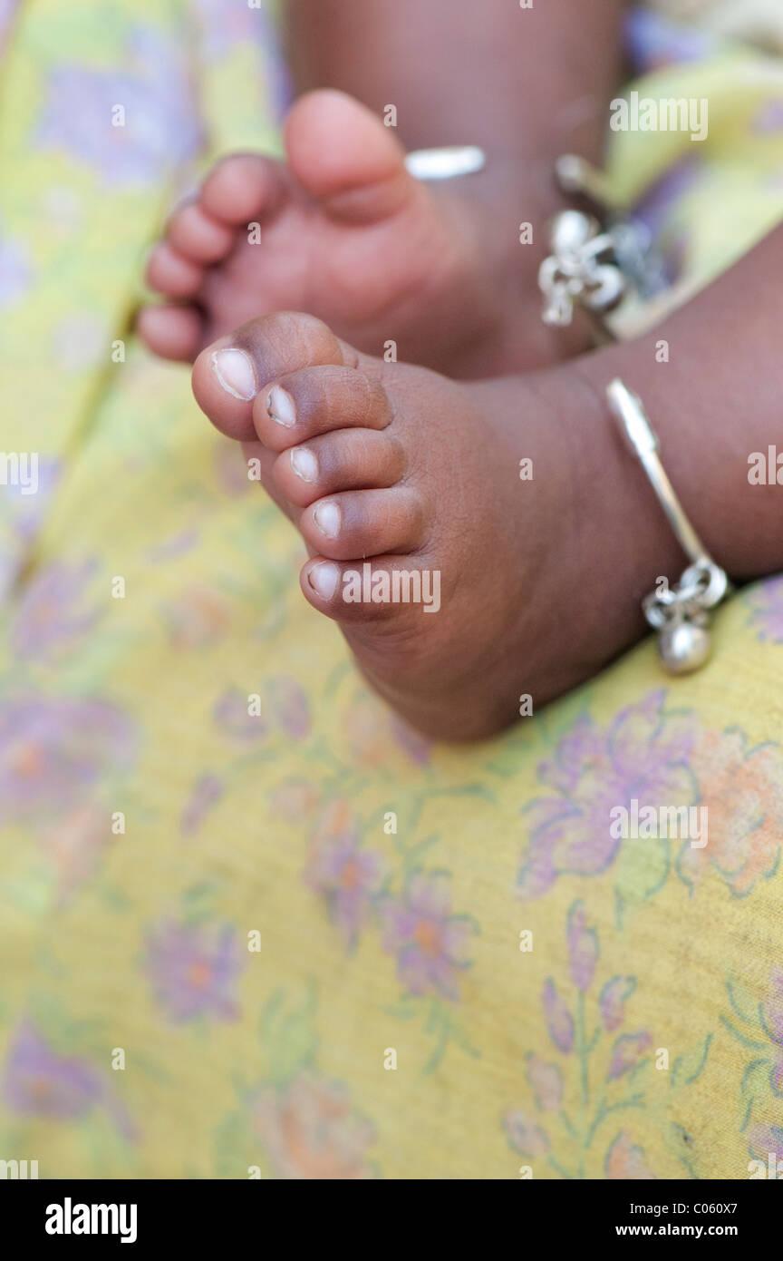 Bambini indiani a piedi nudi con la caviglia bracciali contro le madri sari. Andhra Pradesh, India Immagini Stock