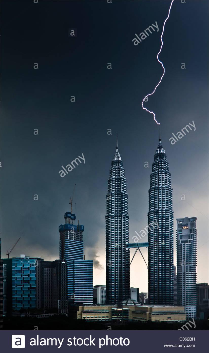 Il fulmine colpisce la Petronas Twin Towers Immagini Stock