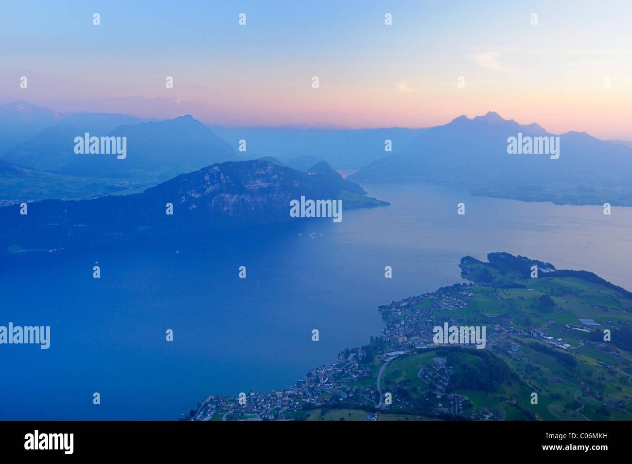 Il lago di Lucerna con il villaggio di Weggis, nella distanza, Monte Pilatus, Lucerna, Svizzera, Europa Immagini Stock