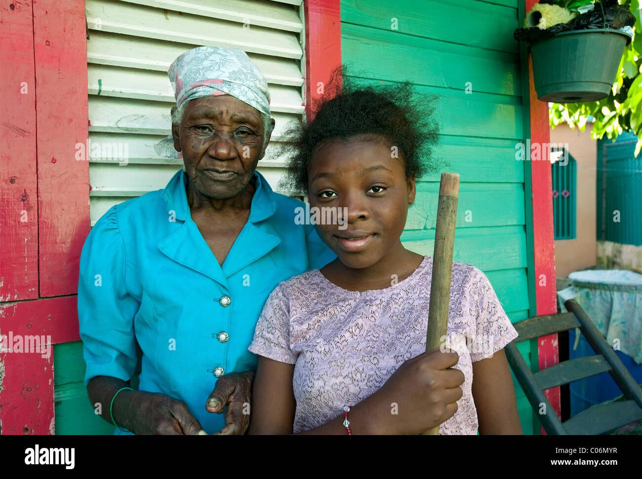La gente del luogo al di fuori di casa, Otrabanda, Repubblica Dominicana Immagini Stock