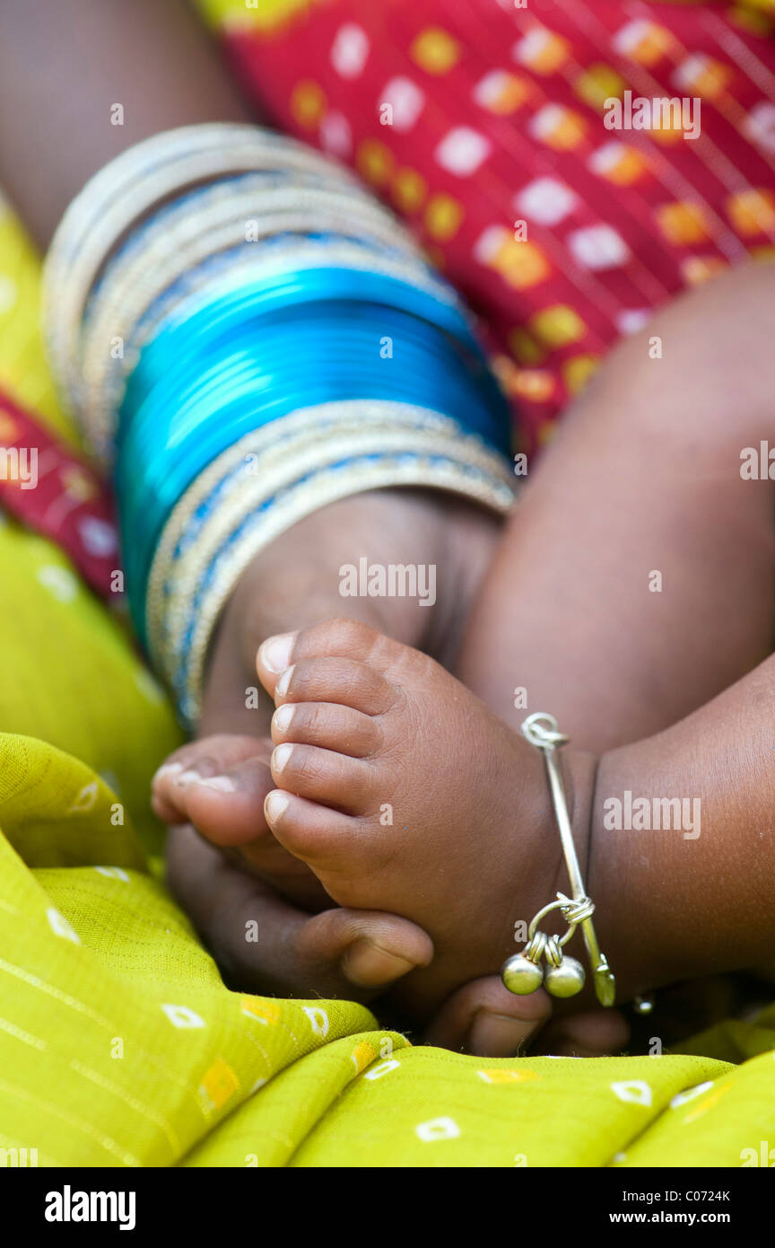 Madre indiana tenendo i bambini a piedi nudi. Andhra Pradesh, India Immagini Stock