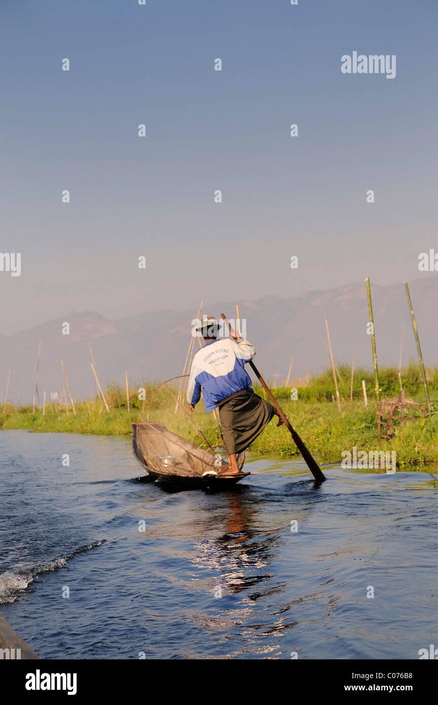 Gamba Intha rower sul Lago Inle, Stato Shan, MYANMAR Birmania, Asia sud-orientale, Asia Immagini Stock