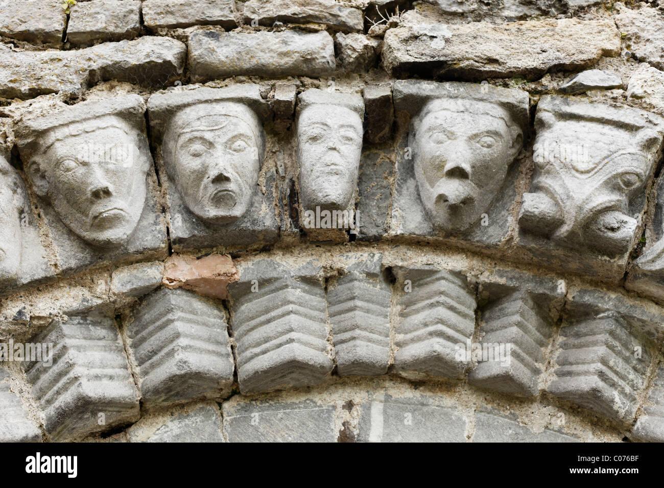 Facce di pietra, Dysert O'Dea rovine della chiesa vicino Corofin, County Clare, Irlanda, Europa Immagini Stock