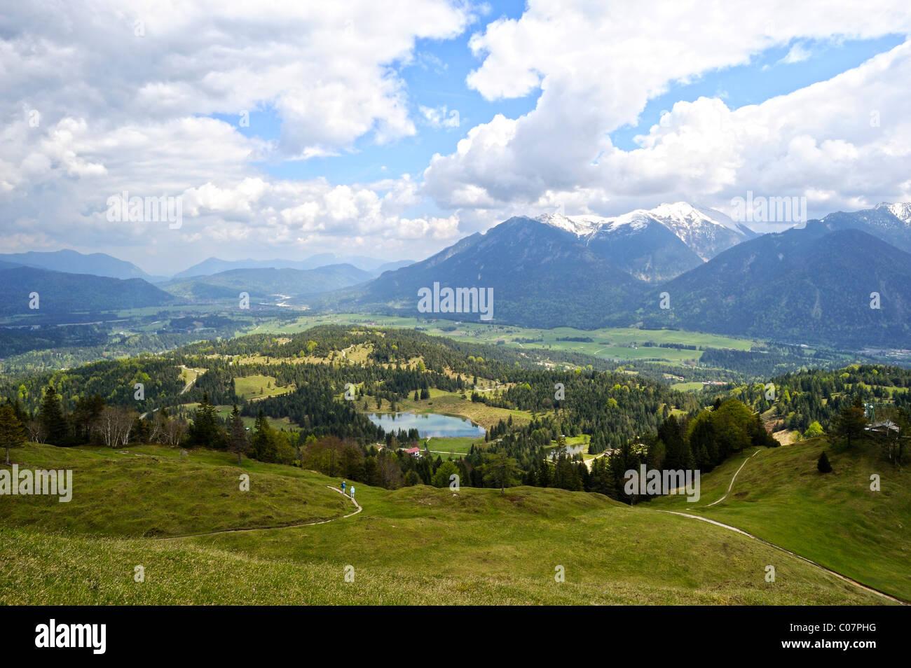 Vista dalla montagna di Kranzberg sul lago Wildensee, Estergebirge mountain range con Heimgarten e montagne Herzogstand Immagini Stock