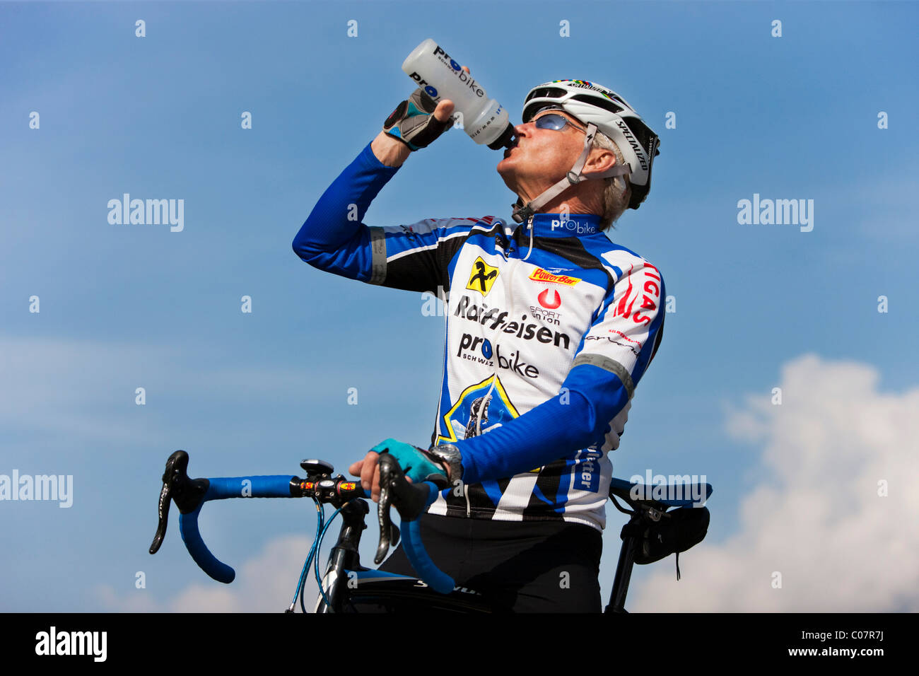 Agile senior ciclismo, acqua potabile Immagini Stock