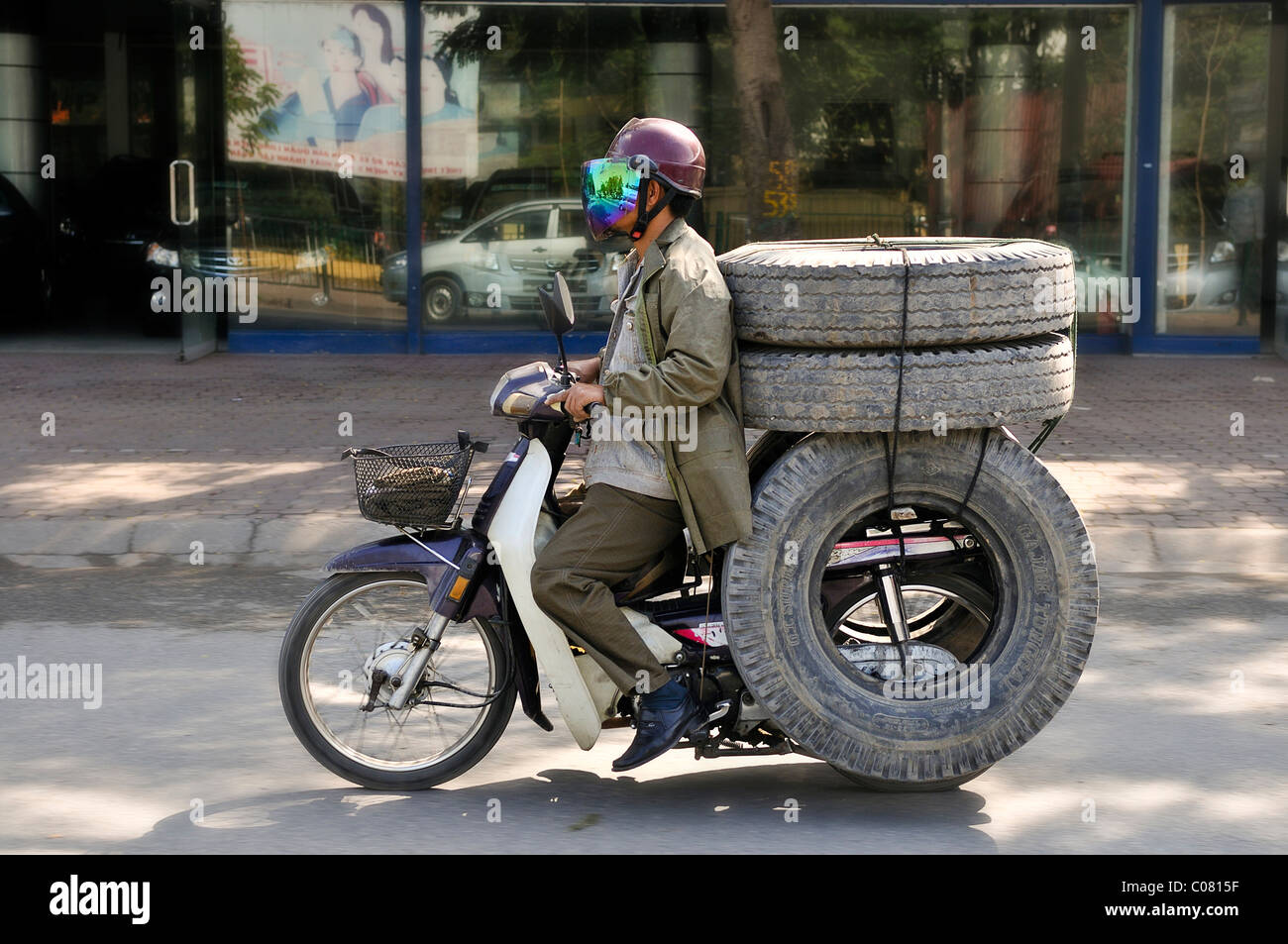 Scooter caricato con pneumatici, Hanoi, Vietnam, sud-est asiatico Immagini Stock