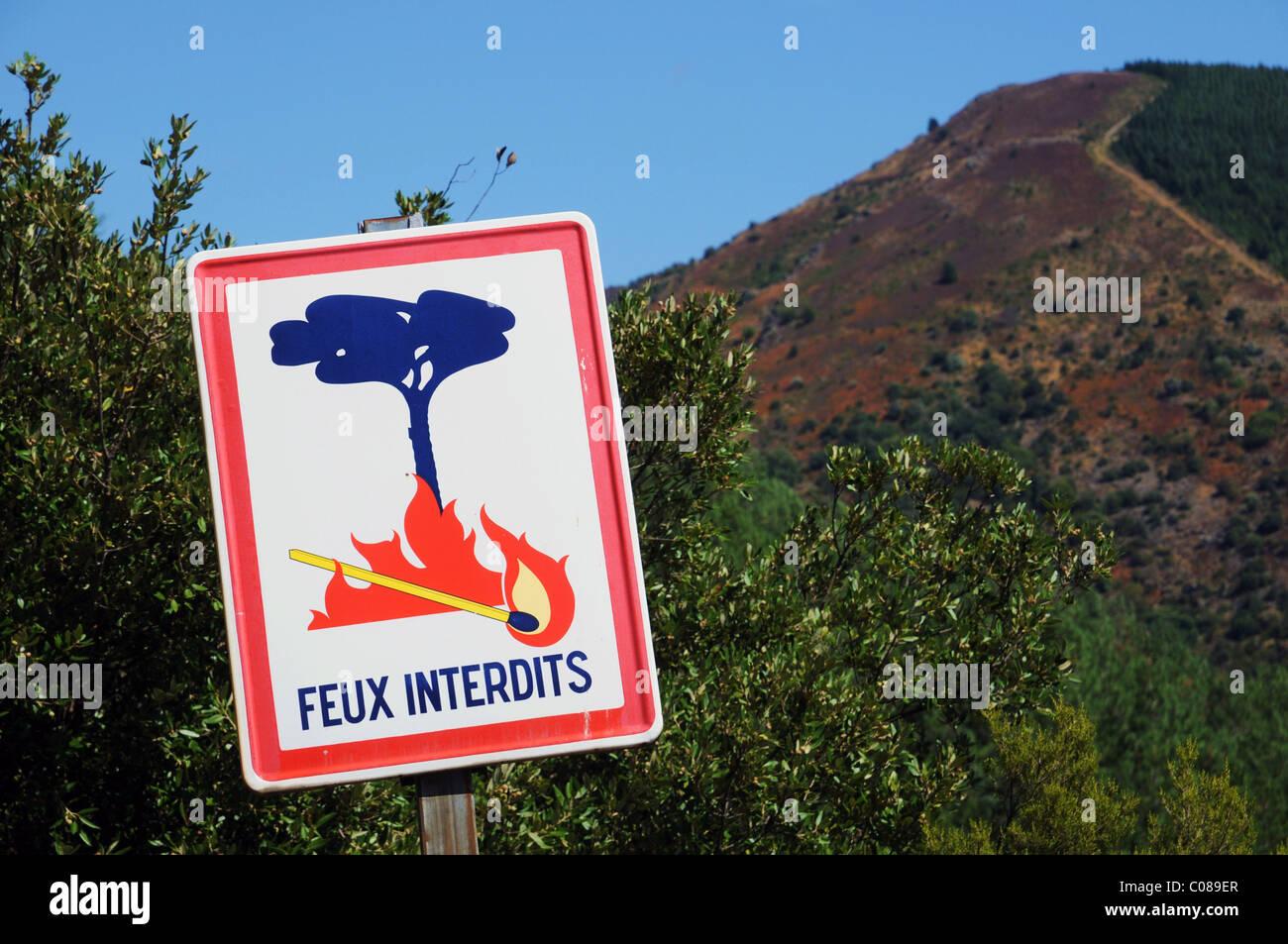 Feux Interdit (fire vietato) Accedi La Montagne Noire, Francia Immagini Stock