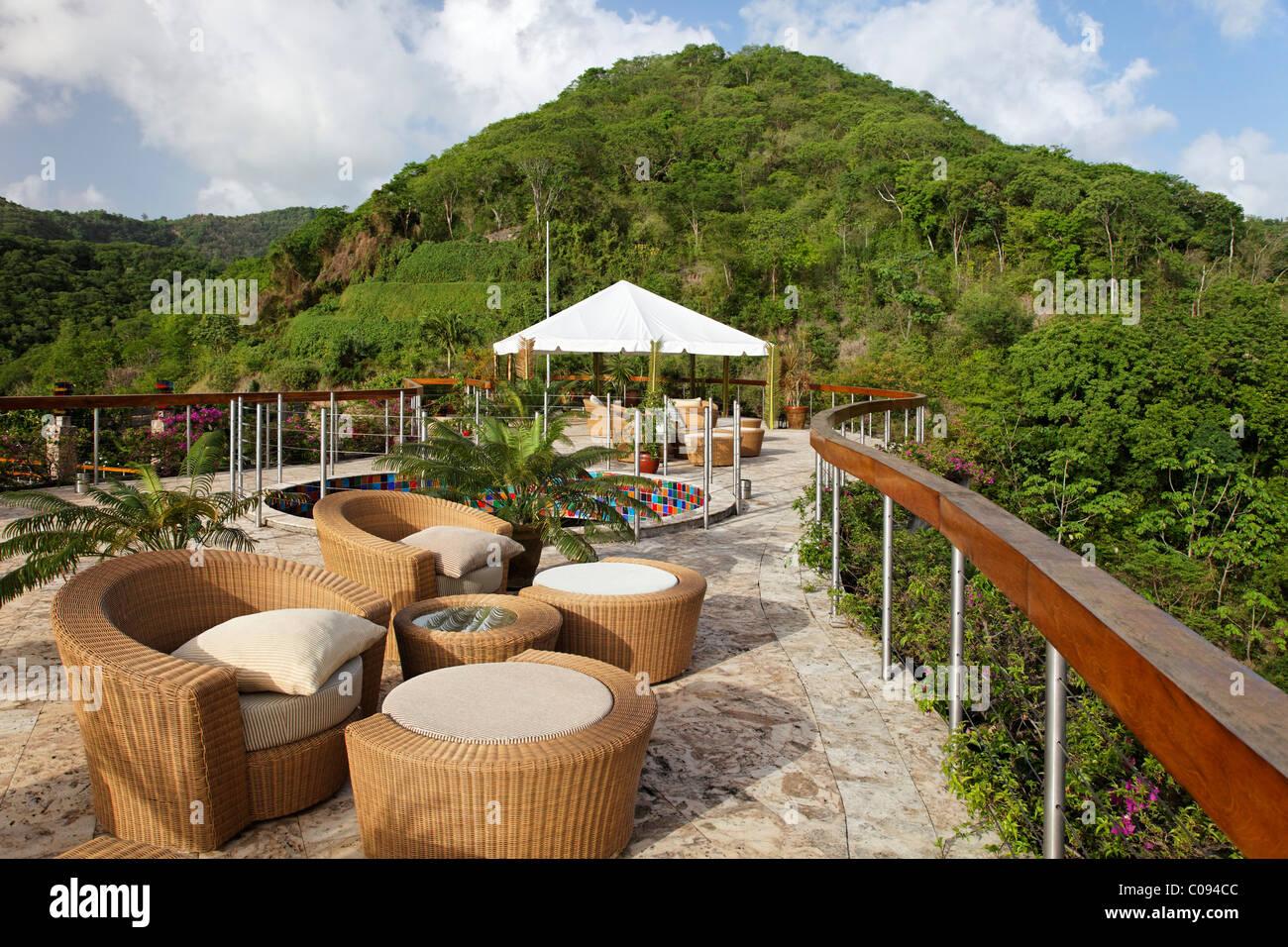 La terrazza sul tetto, Dedon, mobili, pietra naturale pavimento, emisfero, pioggia forrest, unica, Jade Mountain Immagini Stock