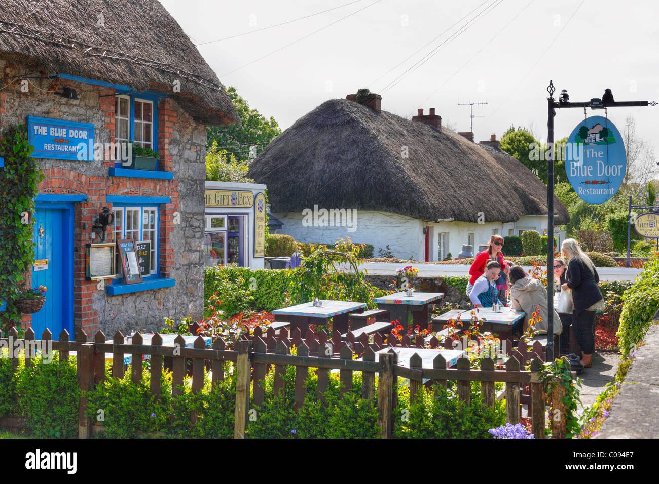 Il ristorante Blue Door, case con il tetto di paglia, Adare, County Limerick, Irlanda Isole britanniche, Europa Immagini Stock