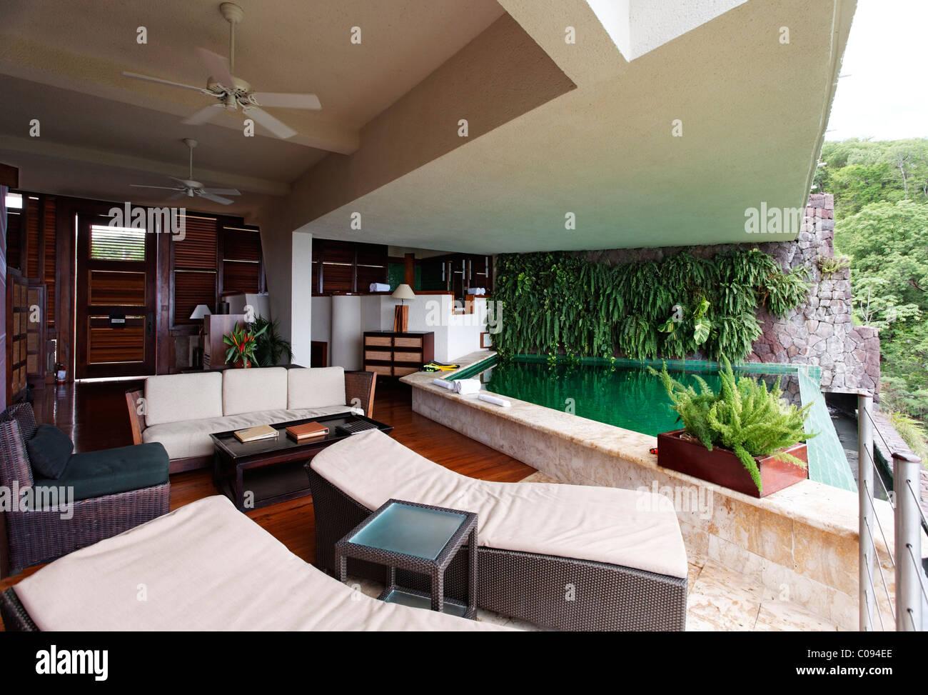 Suite, nessuna parete esterna, lettini, piscina infinety, Jade Mountain hotel di lusso, Saint Lucia, isole Windward, Immagini Stock