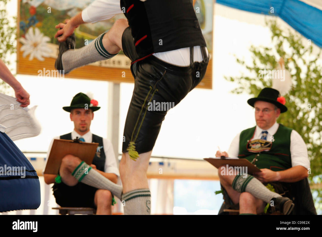 Schuhplattler, folk tradizionale ballerino, ottantatreesimo Loisachgaufest in Neufahrn vicino a Egling, Alta Baviera, Immagini Stock