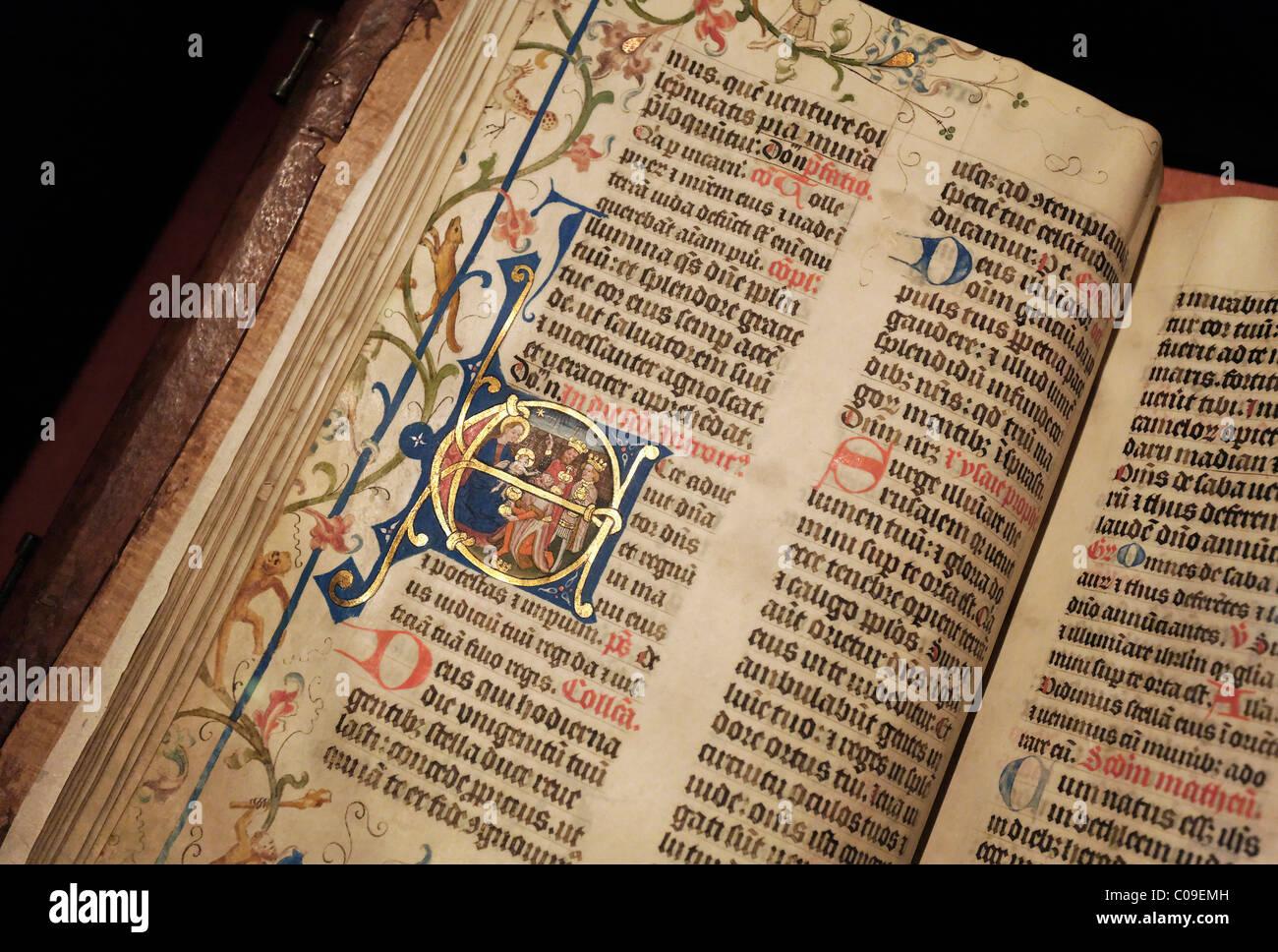 Messale manoscritta con luminarie artistiche, iniziale con i ...