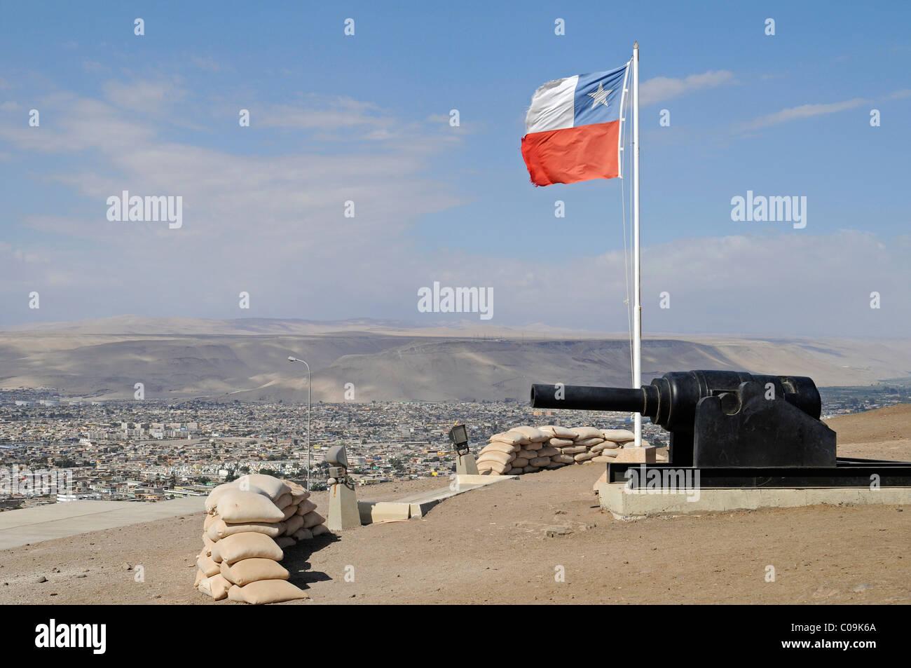 Panoramica, bandiera cilena, pistole, sacchi di sabbia El Morro, montagna, landmark, teatro di guerra, la Guerra Immagini Stock