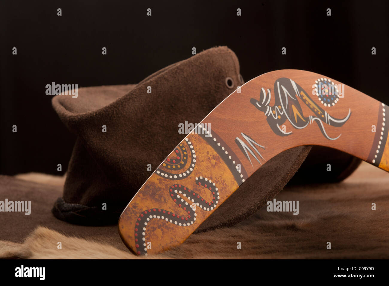 Australian Bush hat, di Episteme lo stile e il boomerang sulla kangaroo-pelle PELT. Immagini Stock