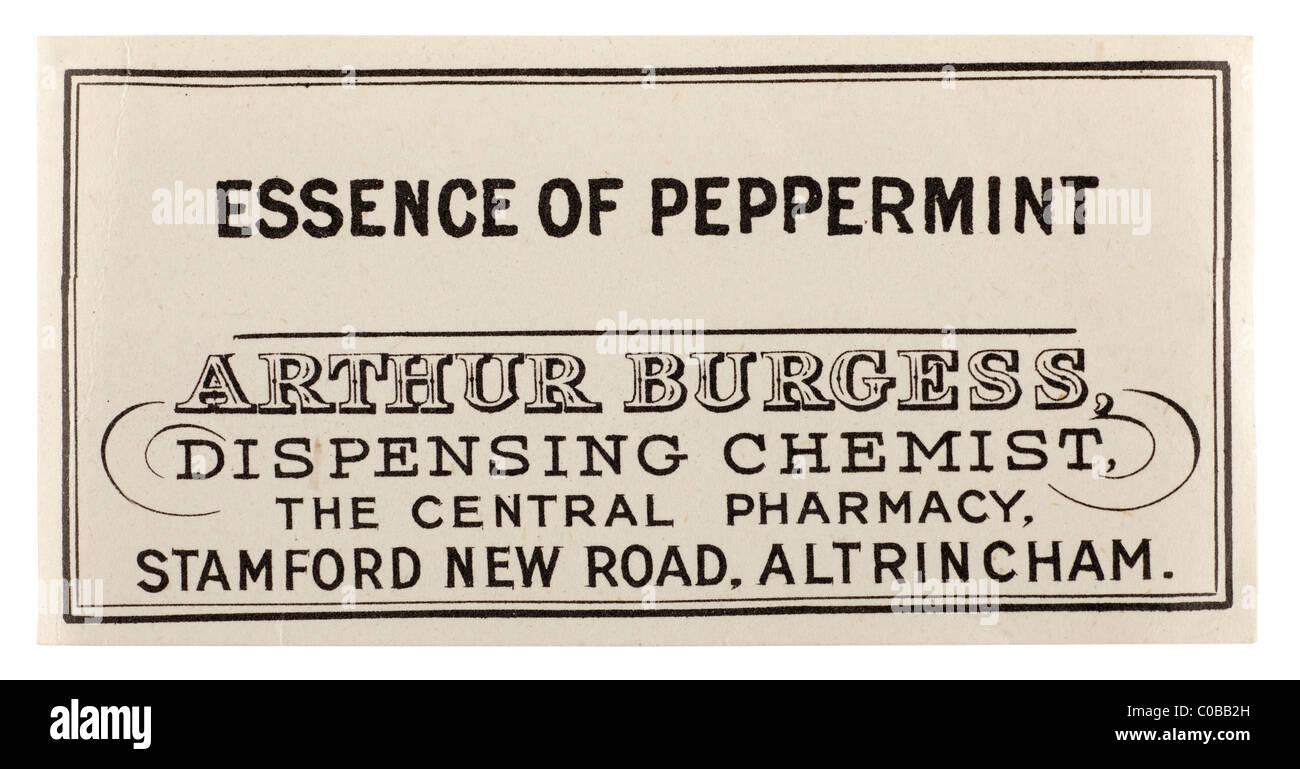 Vecchia farmacia vintage etichetta per essenza di menta piperita da una H Burgess di Altrincham. Solo editoriale Immagini Stock