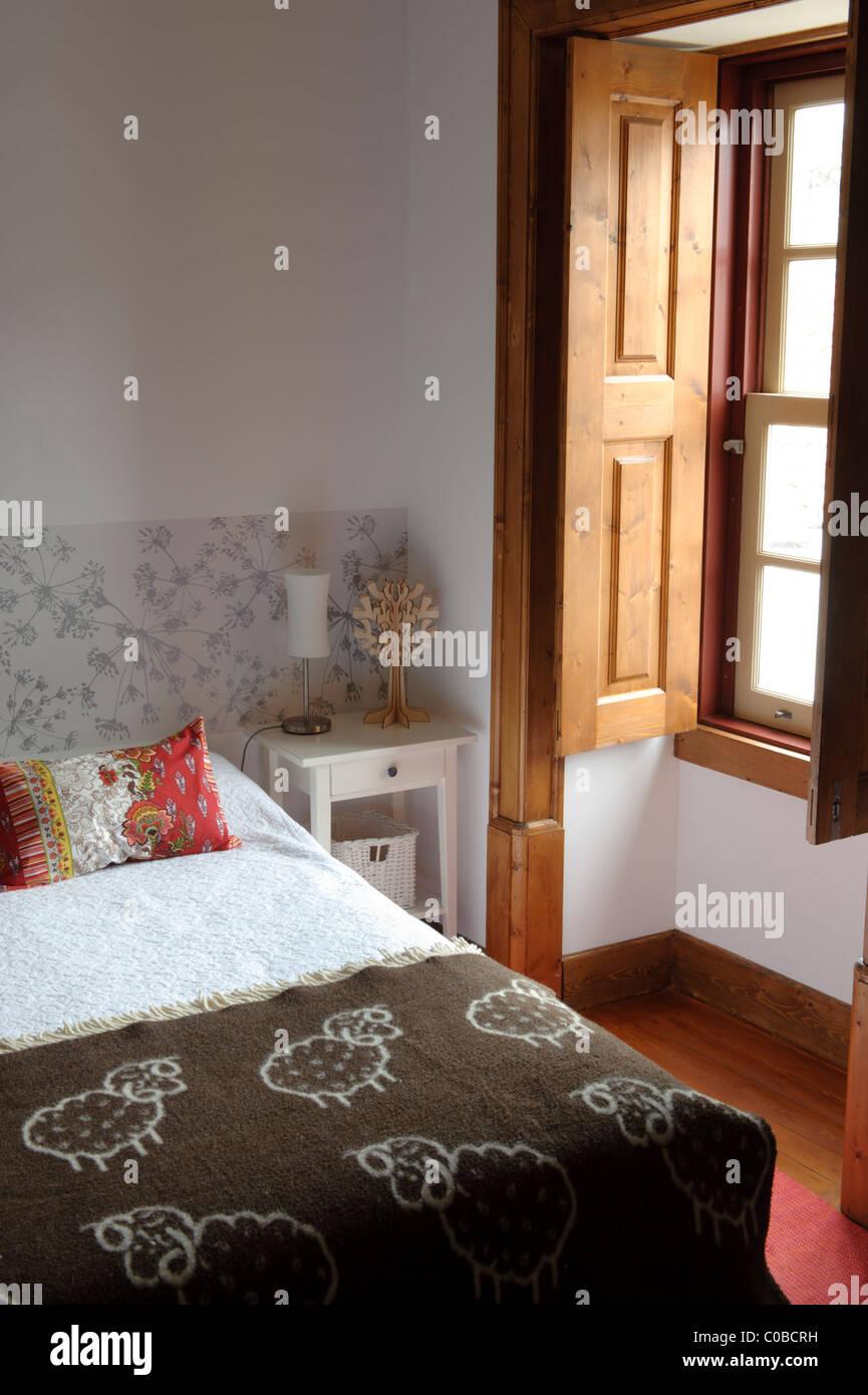 Camera da letto matrimoniale con finestra di grandi dimensioni Foto ...