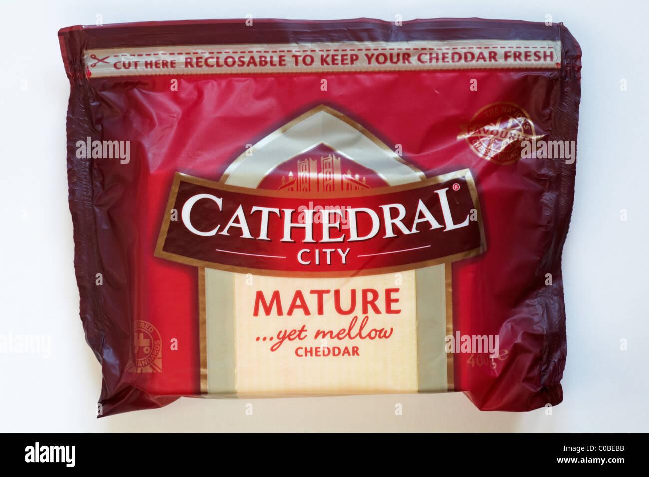Il pacchetto della cattedrale della città di maturare ancora mellow il formaggio cheddar isolati su sfondo Immagini Stock