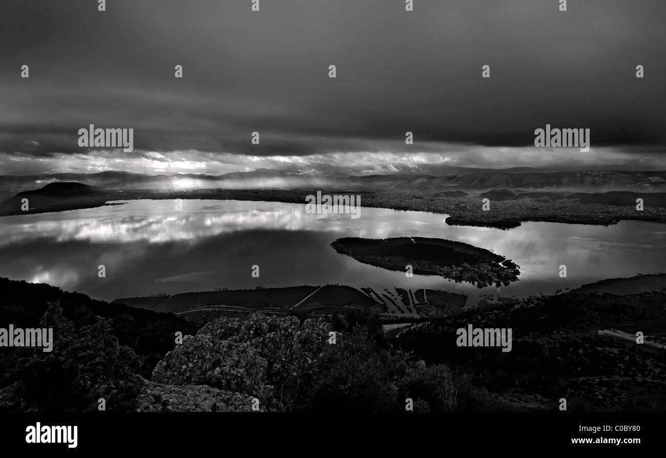 """Tempesta in arrivo a lago Pamvotis (o 'Pamvotida'). È possibile vedere l'isolotto (""""Nisaki') Immagini Stock"""
