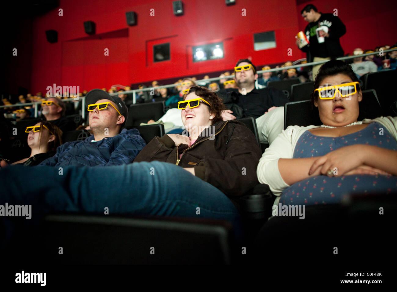Edwards Fresno Stadium 22 & IMAX, Fresno, California, Stati Uniti. Gli adolescenti obesi guarda la versione Immagini Stock