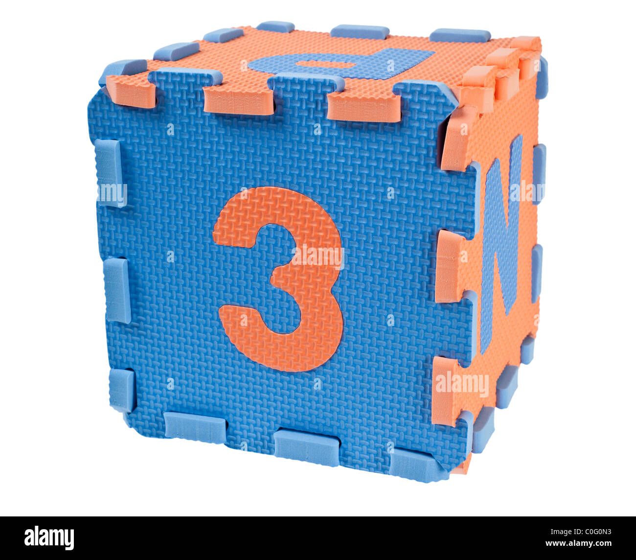 Toy blocchi costituenti un cubo con il numero tre isolati su sfondo bianco Immagini Stock
