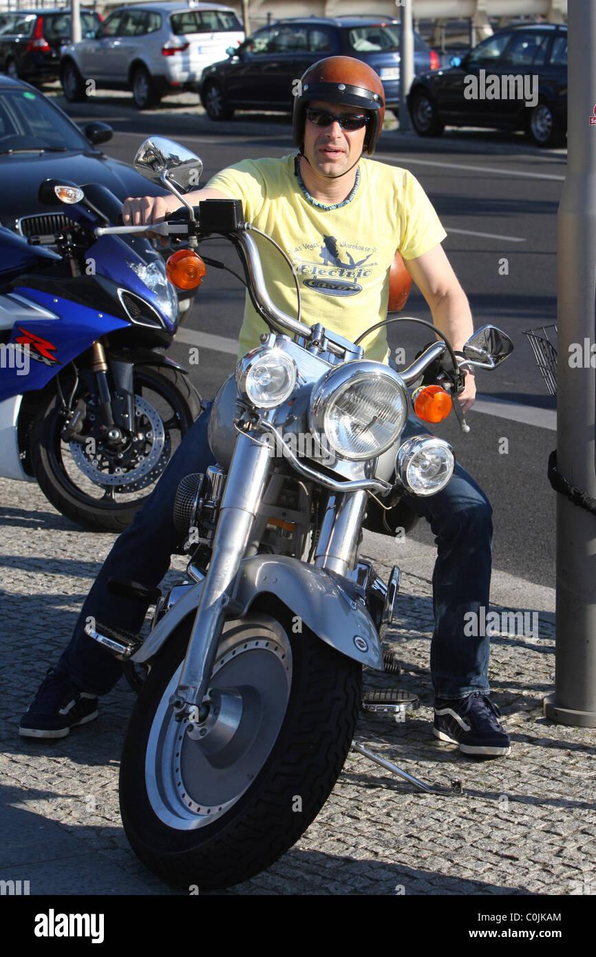Attore Tedesco Gedeon Burkhard Crociera Con La Sua Bicicletta