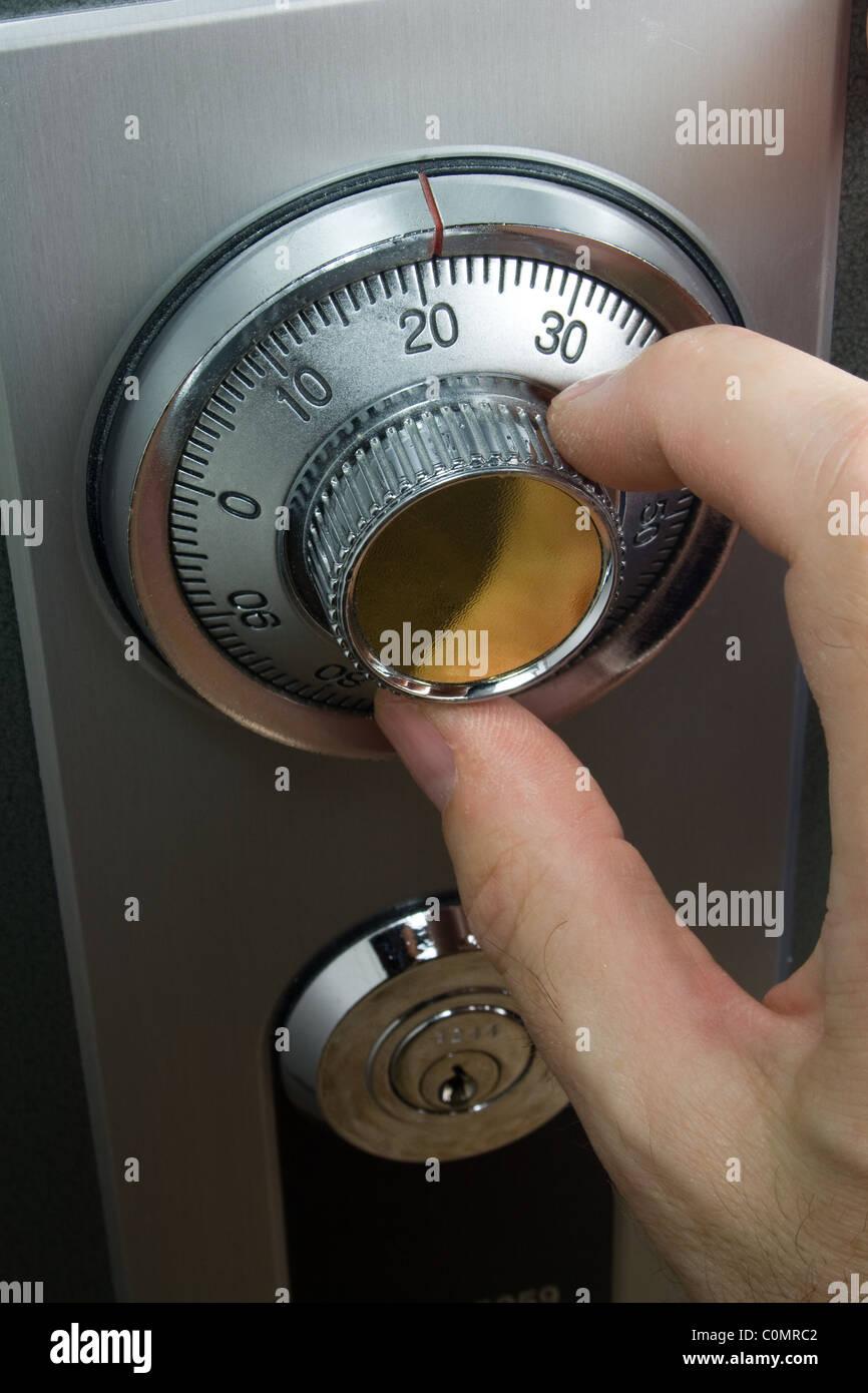Girando a mano serratura a combinazione per la sicurezza Immagini Stock