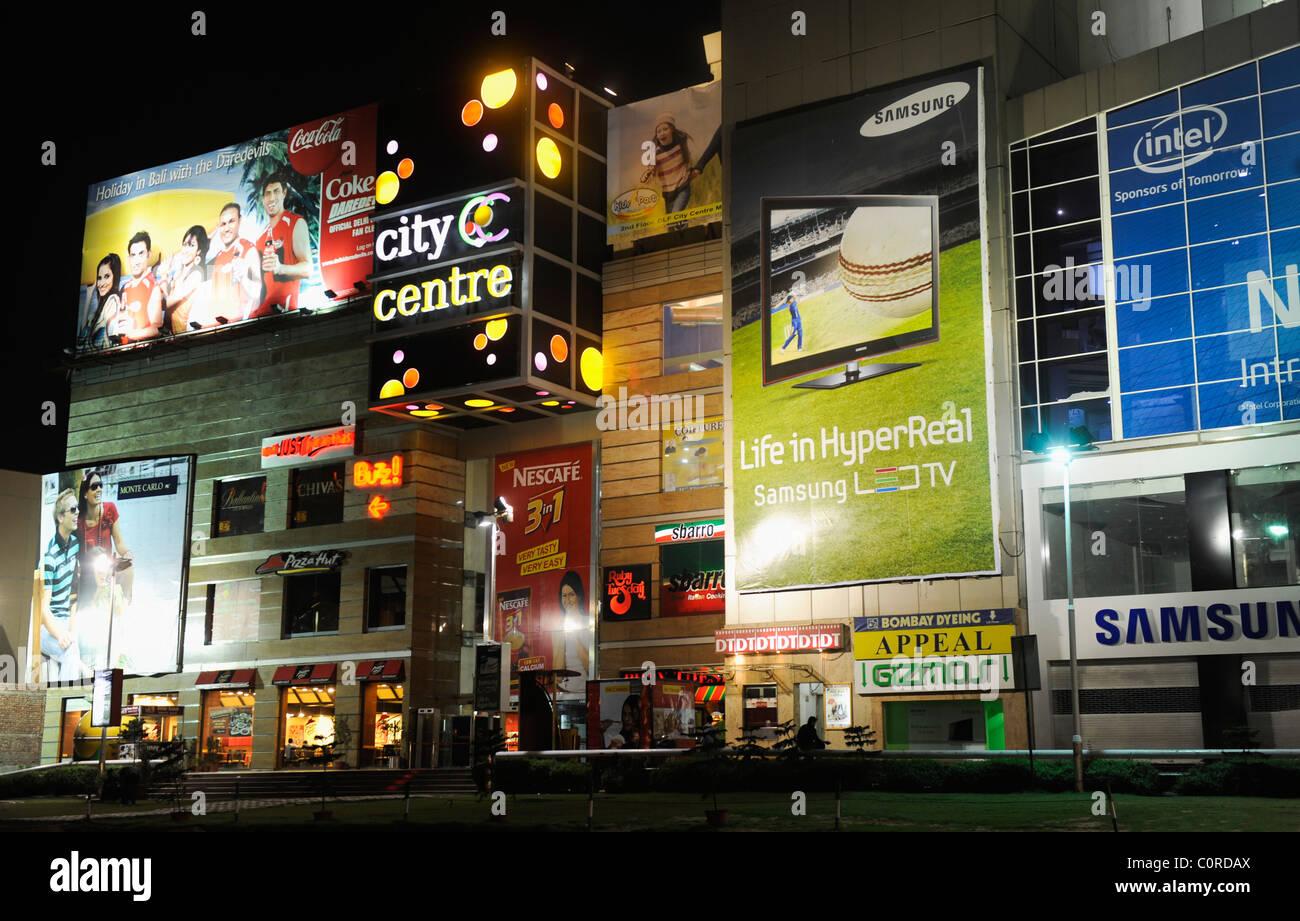 Shopping Mall illuminata di notte, DLF City Center Mall, MG Road, Gurgaon, Haryana, India Immagini Stock