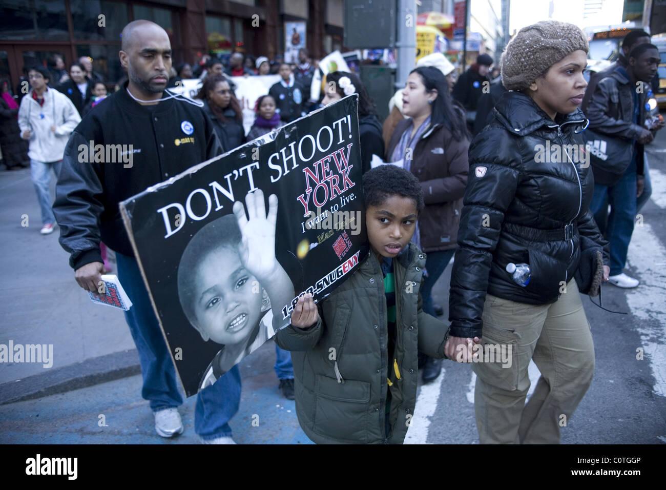 """Il 27 febbraio 2011 """"Non sparare New York' marzo per ottenere armi da fuoco e la violenza al di fuori del Immagini Stock"""