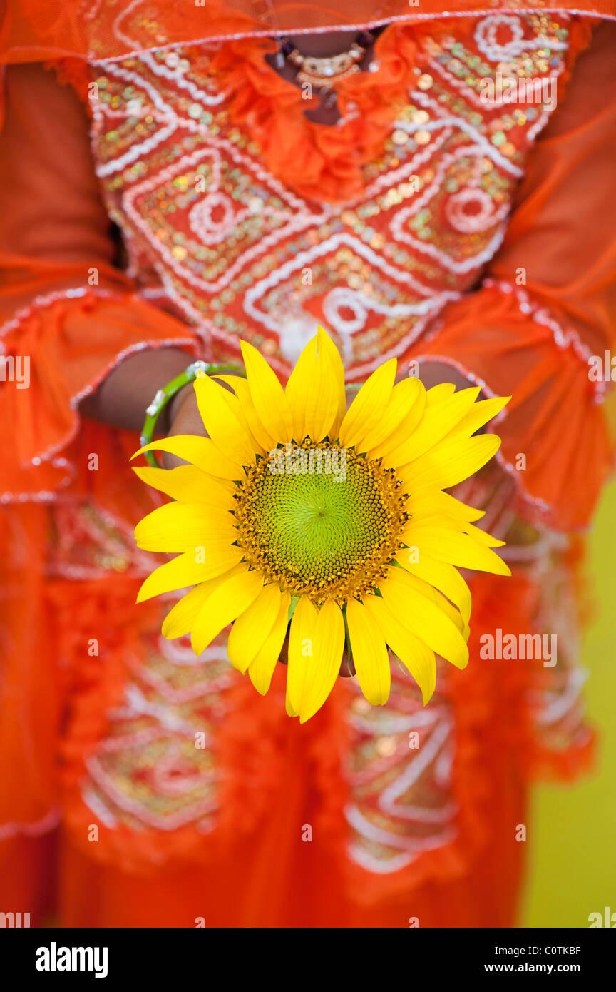 Giovane ragazza indiana holding di semi di girasole. Andhra Pradesh, India Immagini Stock