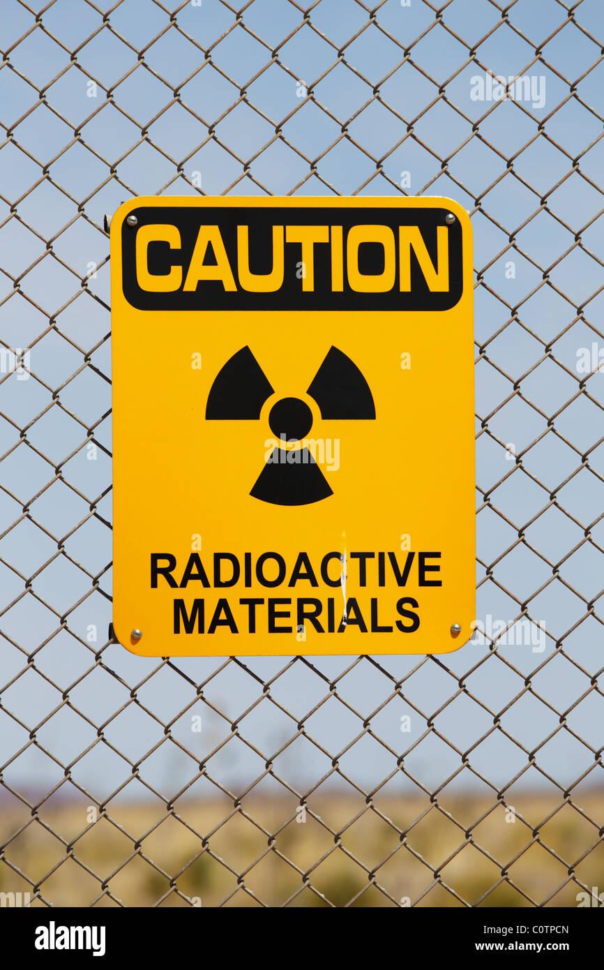Un messaggio di attenzione materiali radioattivi segno su un recinto di filo, Trinità Sito, Nuovo Messico. Immagini Stock