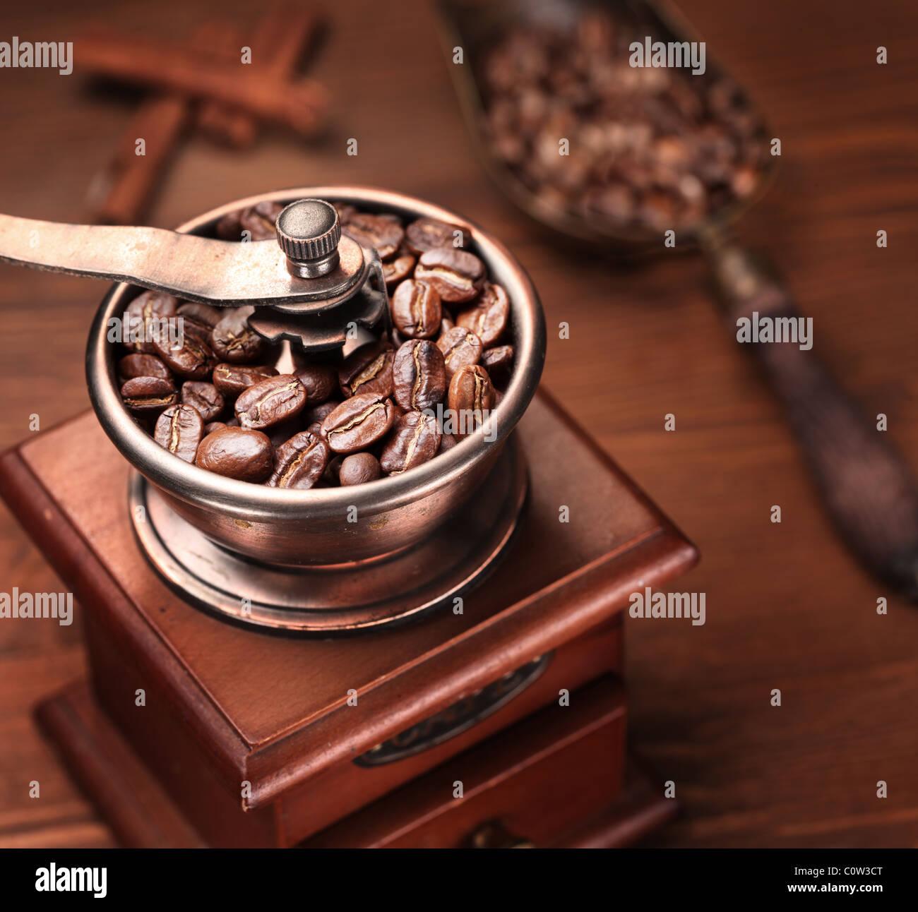 Caffè torrefatto in grani macinati in un macinino da caffè. Immagini Stock