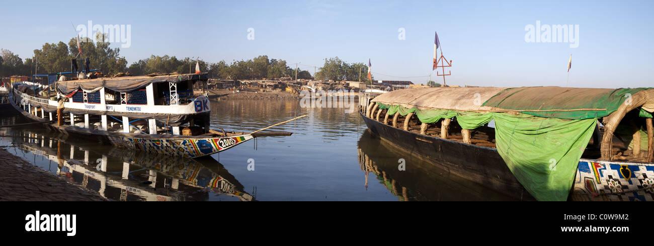 Nave al porto di Mopti sul fiume Niger in Mali Foto Stock