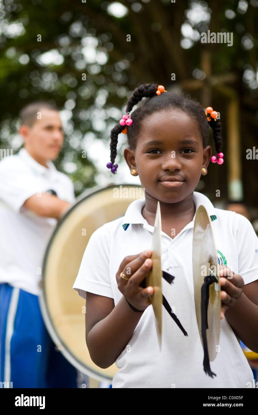 I bambini provenienti dalla Colombia suonare strumenti musicali. Il progetto musicale è stato finanziato da Immagini Stock