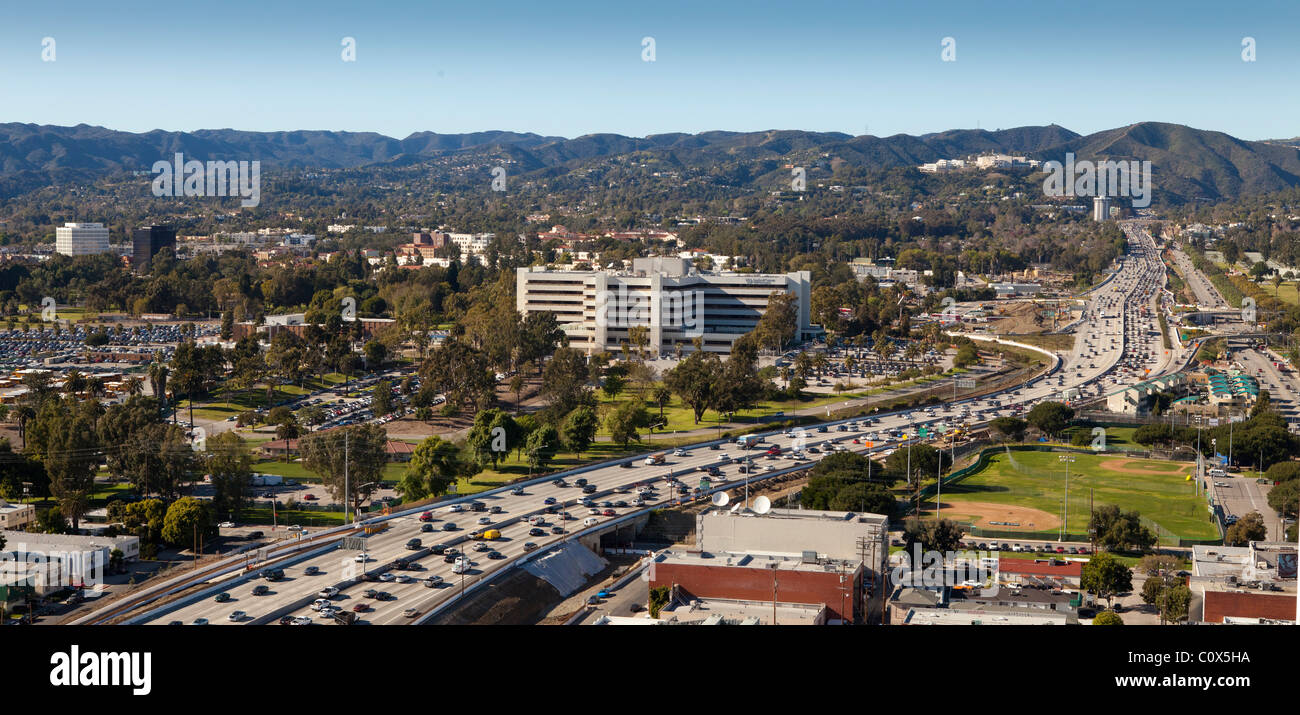 Vista del West Los Angeles che mostra il San Diego Freeway, Santa Monica Mountains, Brentwood, Getty Center Immagini Stock