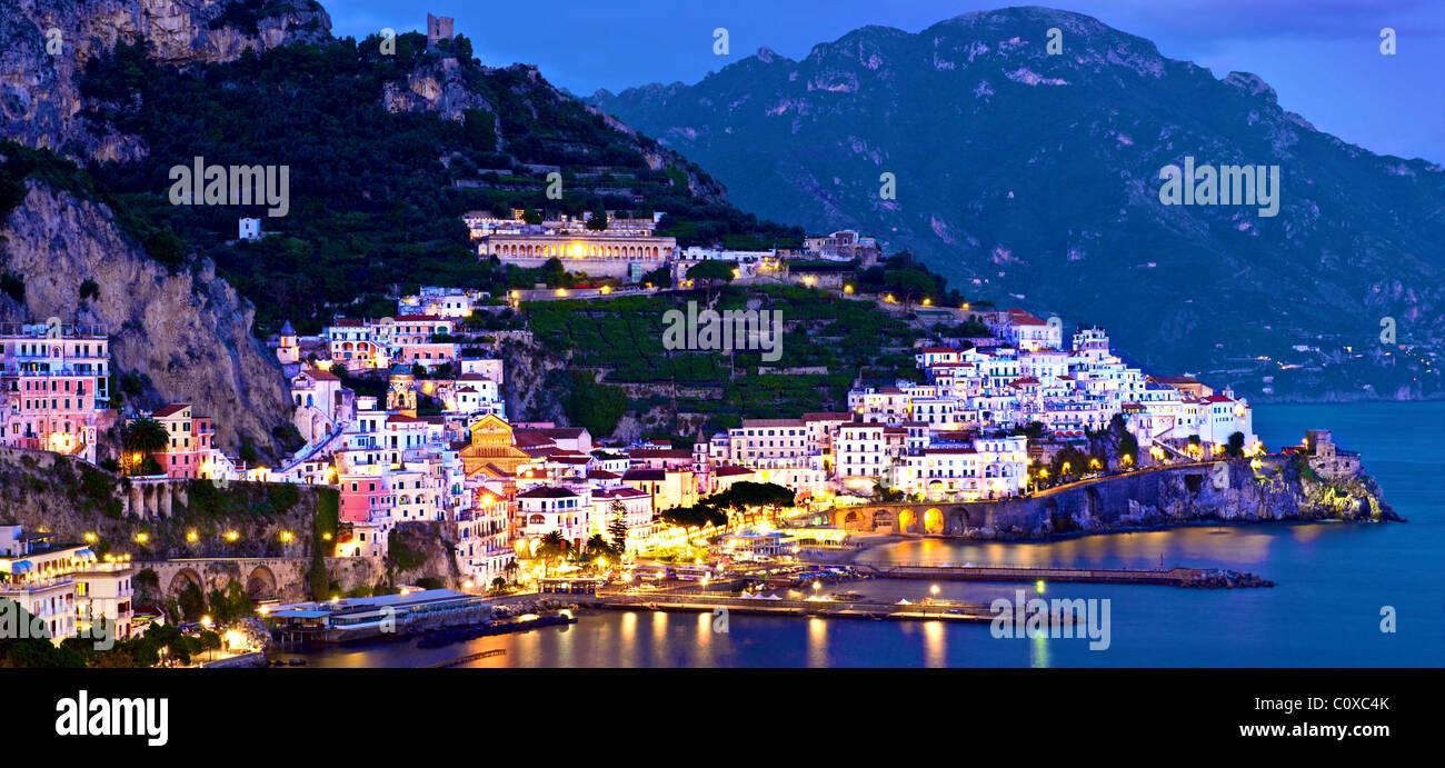 Amalfi,costa,panoramico di notte.Italia Immagini Stock
