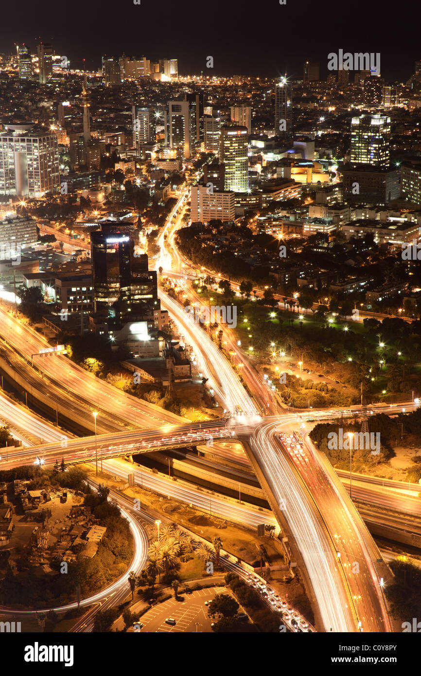 La città di notte, Tel Aviv di notte, crocevia del traffico Immagini Stock