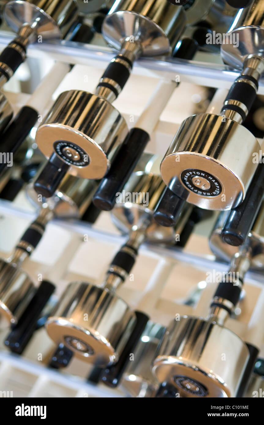 I pesi di metallo nella palestra del lussuoso hotel di Londra Immagini Stock