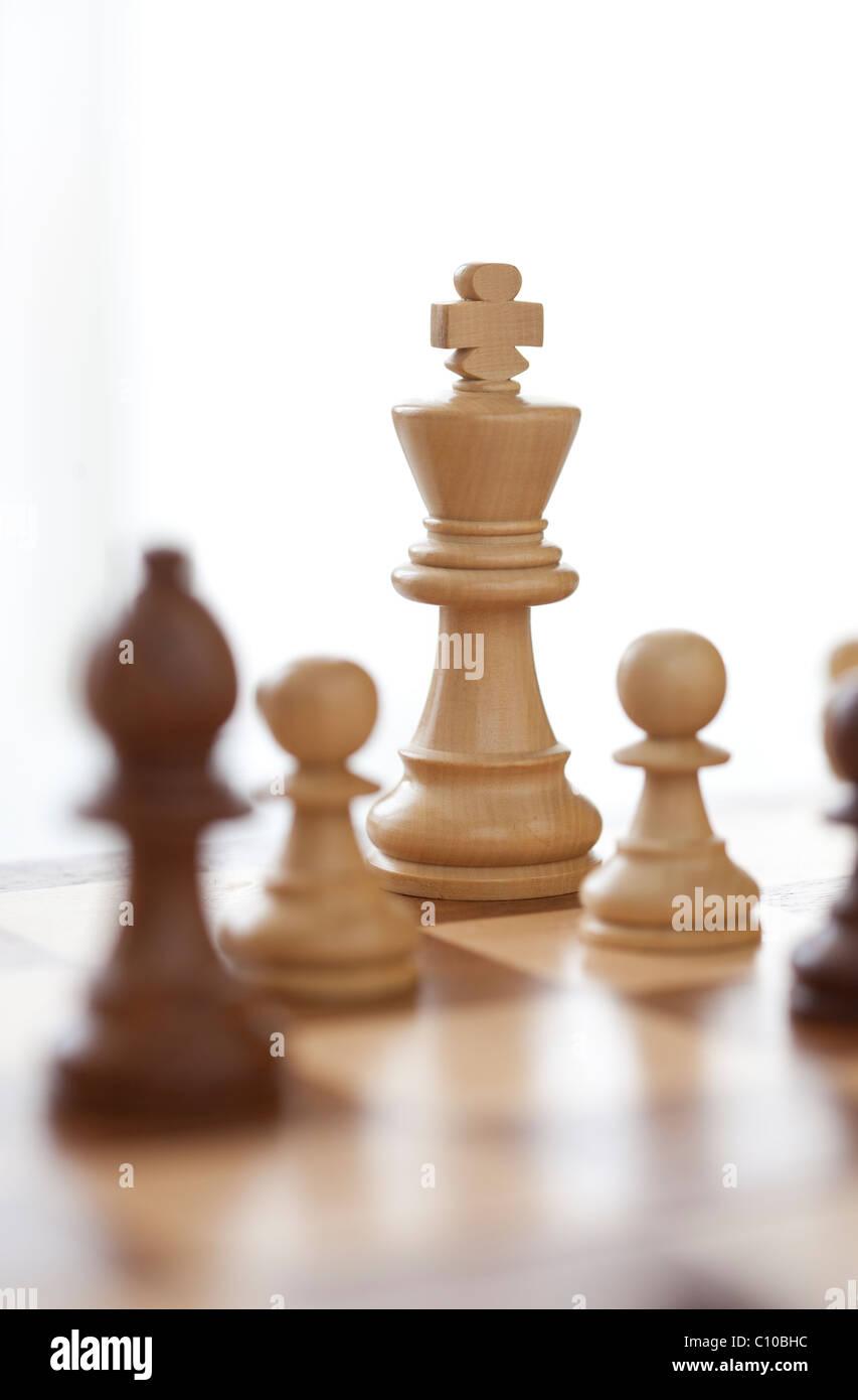 Partita scacchi a personaggi viventi che mostra re Immagini Stock
