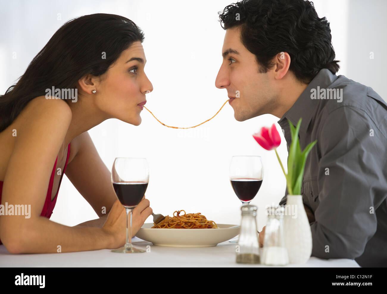 Stati Uniti d'America, New Jersey, Jersey City, felice coppia mangiare spaghetti insieme Immagini Stock