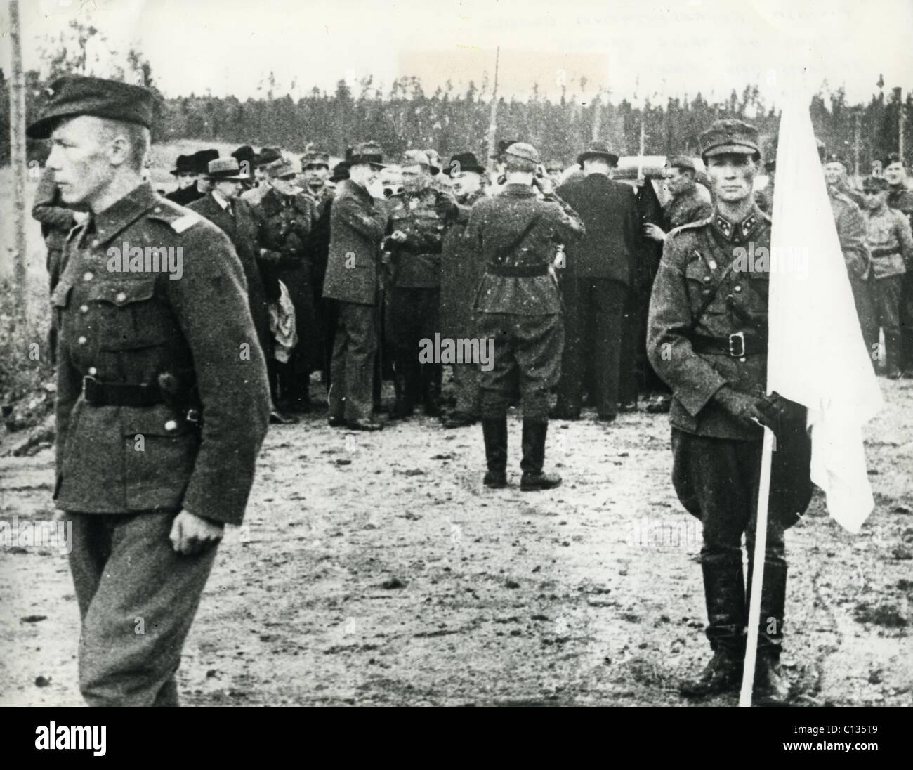 WINTER WAR 1939-1940 sotto bandiera bianca i rappresentanti finlandesi prepararsi al viaggio a Mosca per discutere Immagini Stock