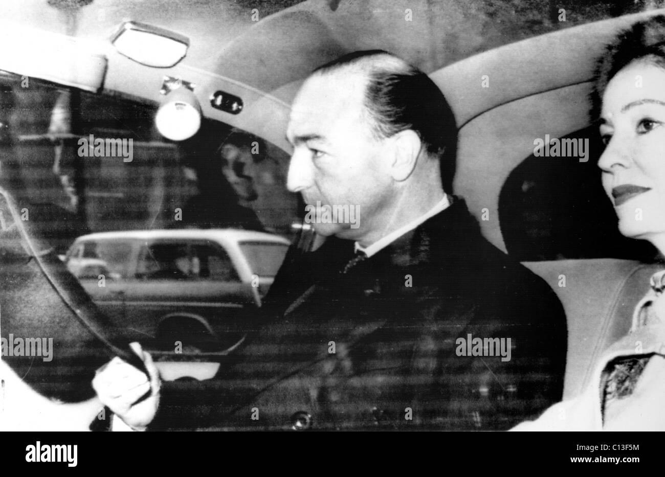 Il Ministro britannico della guerra John Profumo e la moglie Valerie Hobson arrivare in Parlamento in cui Profumo Foto Stock