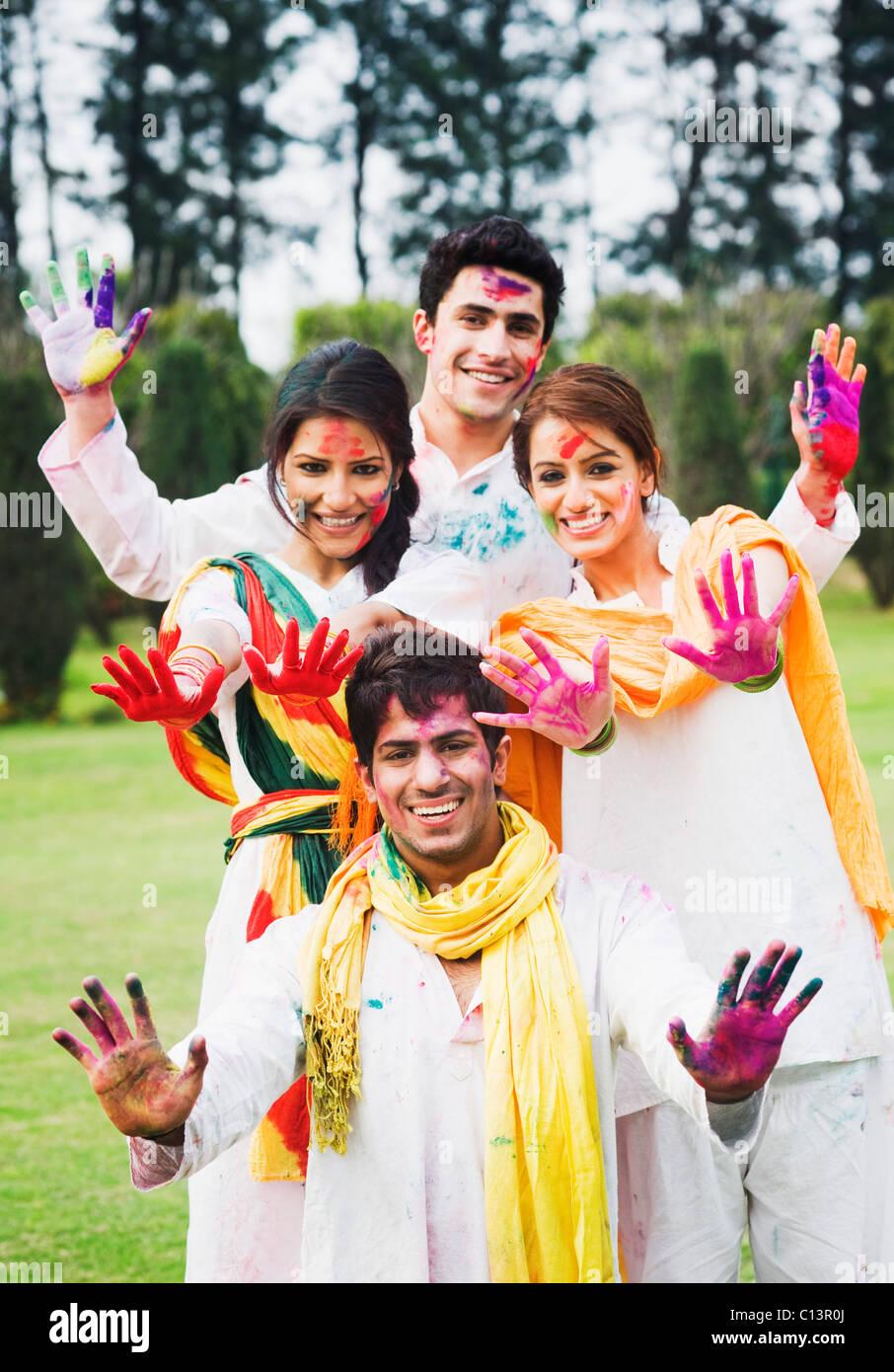 Amici mostrando loro colorati mani mentre celebra Holi Immagini Stock