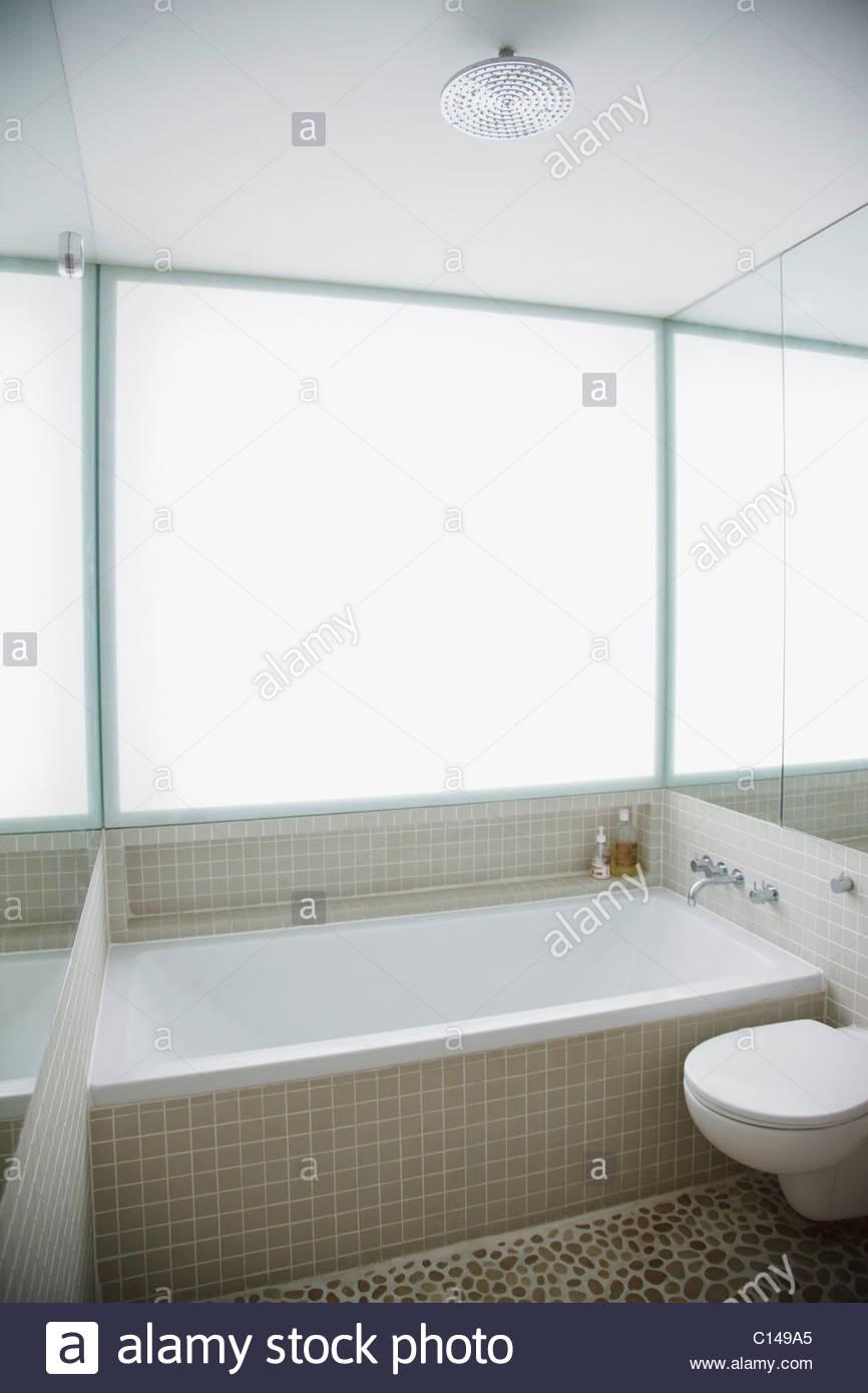 Moderni servizi igienici e vasca da bagno in elegante, bagno bianco ...