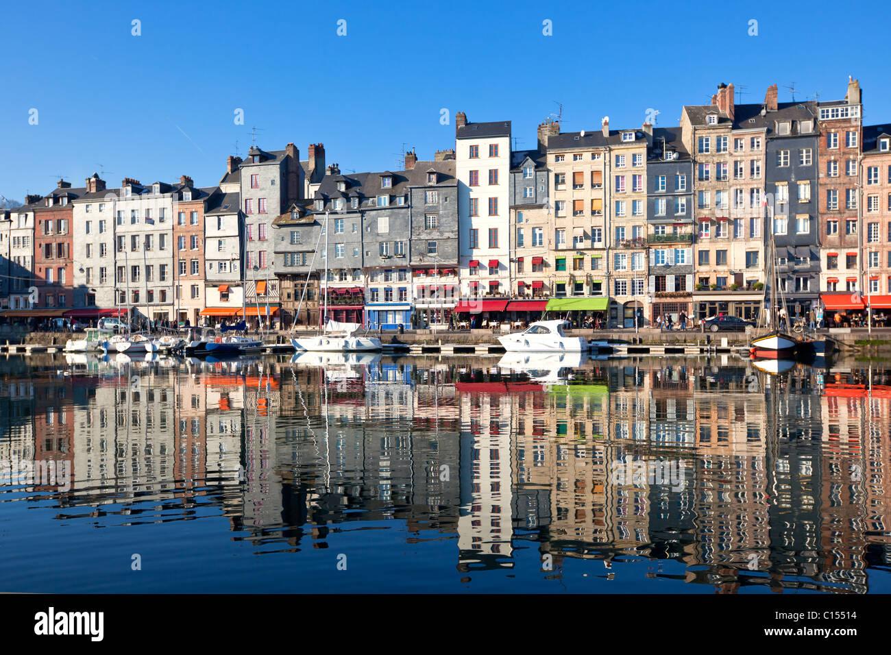 Porto di Honfleur in Normandia, Francia. Case di colore e il loro riflesso nell'acqua. Un altro Honfleur scatti Immagini Stock