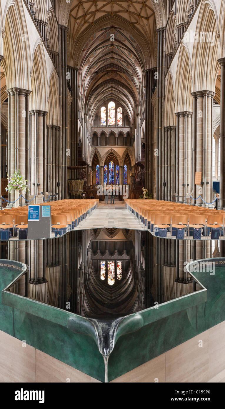 Font riflettente nella Cattedrale di Salisbury. Scultore William Pye voluminosa dell'acqua fluente font e piscina Immagini Stock