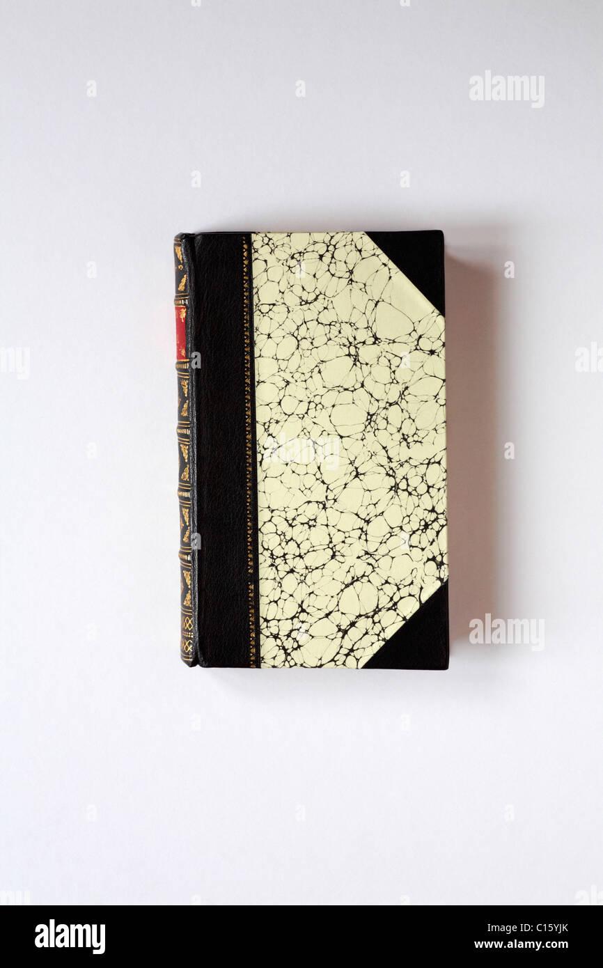 Pelle di vitello rilegati in pelle coprire di poesie di Vita Rurale prenota mostra foglia oro pattern isolati su Immagini Stock