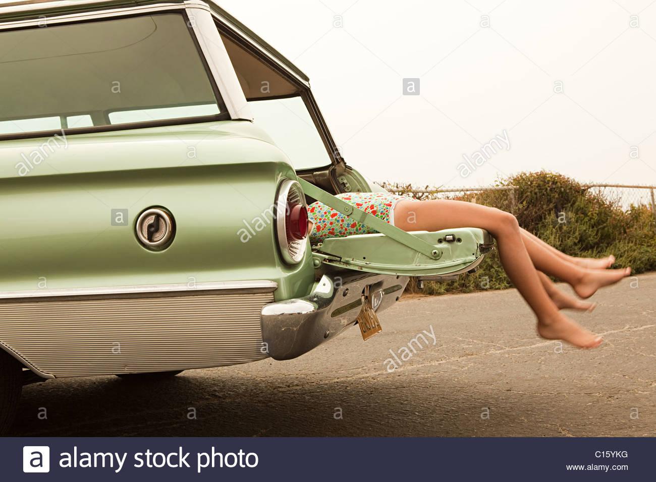 Due ragazze che giace nella station wagon Immagini Stock